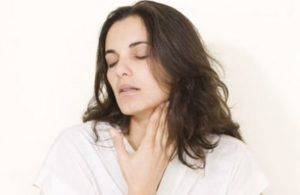 Почему щекочет в горле и вызывает кашель и как лечить
