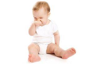 Почему новорожденный часто чихает и что делать